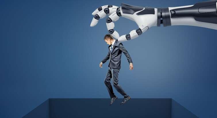 Foto af en robotarm, der løfter en mand over en kasse