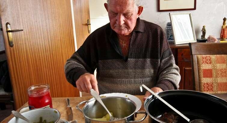 Ældre mand ved spisebordet