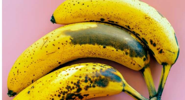 Foto af nogle brunplettede bananer
