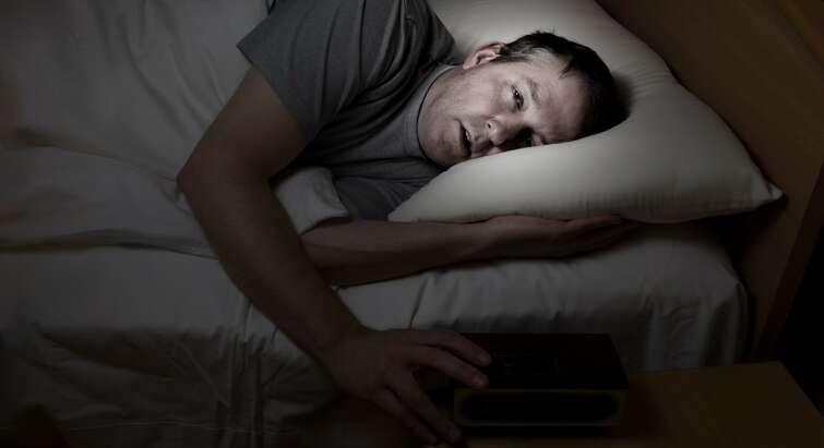 Mand der ligger ned og sover