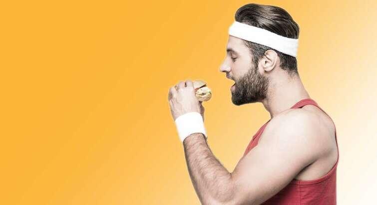 Foto af en atlet, der spiser en burger