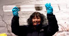 En stolt Dorthe Dahl-Jensen med den sidste iskerne