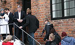 Rektor Ralf Hemmingsen inviterer de studerende indenfor
