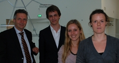 Foto fra legatoverrækkelsen. Fra venstre: Siemens' kommunikationsdirektør John Finnich Pedersen, Kasper Steen Pedersen, Line Bisgaard og Tine Straasø.
