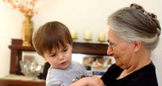 Ældre kvinde med barn
