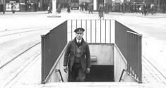 En mand kommer op af det underjordiske toilet under Rådhuspladsen, 1935. Kilde: Det Kongelige Bibliotek, Kort- og Billedafdelingen